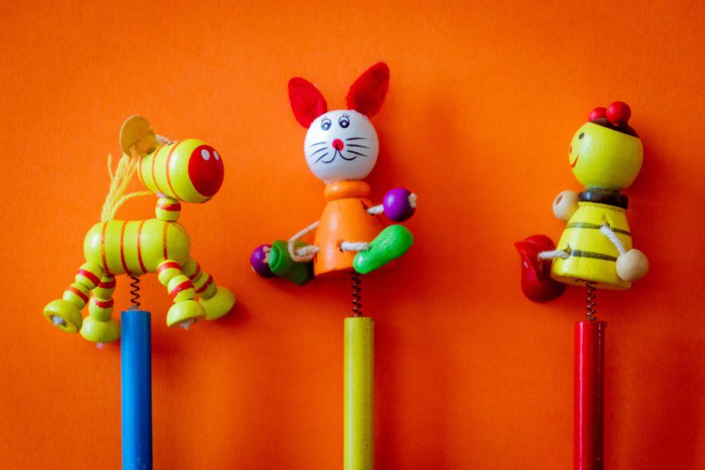 塗装のある木のおもちゃ